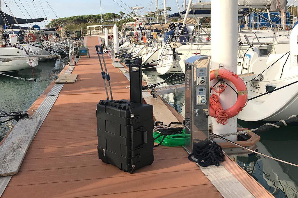 Equipment-Koffer auf dem Steg eines Segelyacht Hafens